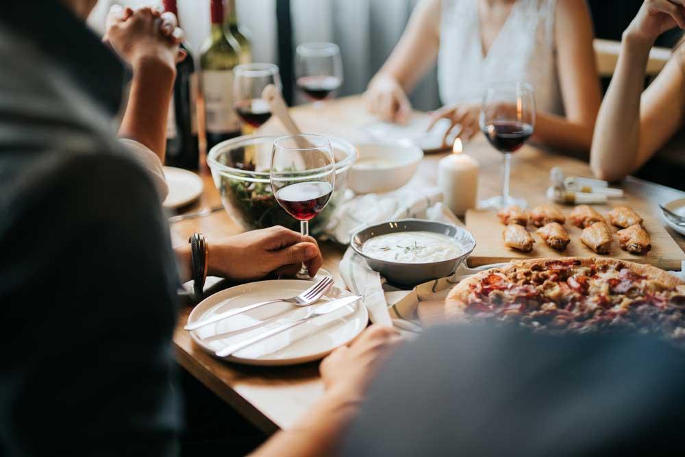 Adoria - Les arts de la table évoluent : couverts, menus, assiette de présentation, serviette, gel...